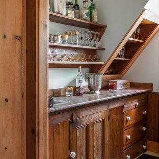 Immagine di un piccolo armadio bar chic con lavello da incasso, ante con riquadro incassato, ante in legno scuro, paraspruzzi beige, paraspruzzi in legno, pavimento in linoleum e top beige