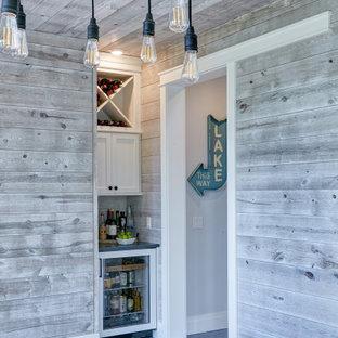 他の地域のビーチスタイルのおしゃれなドライ バー (フラットパネル扉のキャビネット、白いキャビネット、珪岩カウンター、グレーのキッチンパネル、塗装板のキッチンパネル、スレートの床、青い床、青いキッチンカウンター) の写真