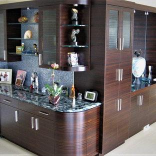 Esempio di un armadio bar design con ante lisce, ante in legno bruno, top in vetro riciclato, paraspruzzi blu e paraspruzzi con piastrelle a mosaico