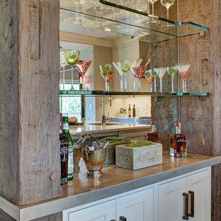 Esempio di un piccolo angolo bar chic con nessun lavello, ante in stile shaker, ante bianche, top in cemento e paraspruzzi a specchio
