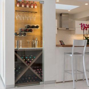 Esempio di un piccolo angolo bar con lavandino moderno con ante di vetro, top in quarzite e pavimento bianco