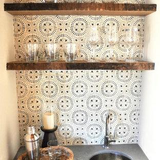 他の地域の小さいラスティックスタイルのおしゃれなウェット バー (I型、アンダーカウンターシンク、インセット扉のキャビネット、緑のキャビネット、クオーツストーンカウンター、マルチカラーのキッチンパネル、テラコッタタイルのキッチンパネル、ラミネートの床、茶色い床、グレーのキッチンカウンター) の写真