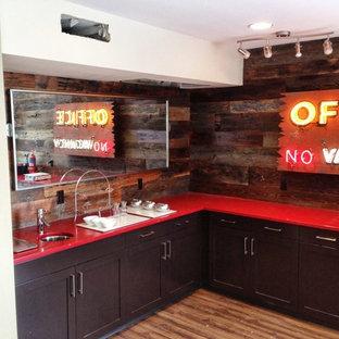 オースティンのおしゃれなホームバー (赤いキッチンカウンター) の写真