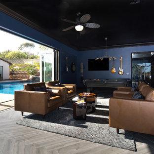 Foto di un grande angolo bar classico con lavello sottopiano, ante in stile shaker, ante nere, top in quarzo composito, paraspruzzi beige, paraspruzzi con piastrelle di vetro e pavimento in legno massello medio