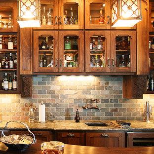 Immagine di un grande angolo bar classico con parquet scuro e paraspruzzi in ardesia