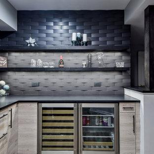 シカゴのコンテンポラリースタイルのおしゃれなホームバー (L型、フラットパネル扉のキャビネット、茶色いキャビネット、黒いキッチンパネル、茶色い床、黒いキッチンカウンター) の写真