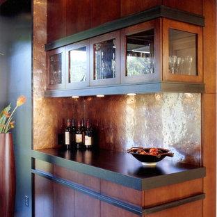 Diseño de bar en casa lineal, contemporáneo, de tamaño medio, con salpicadero de metal, armarios con paneles lisos y puertas de armario de madera oscura