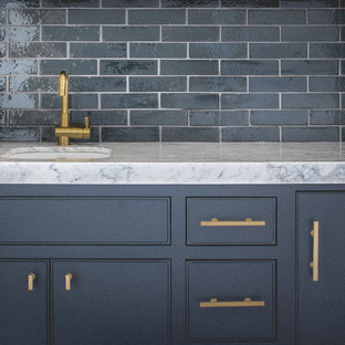 Idee per un piccolo armadio bar minimal con lavello sottopiano, ante grigie, top in marmo, paraspruzzi blu, paraspruzzi con piastrelle diamantate, pavimento in legno massello medio e ante a filo
