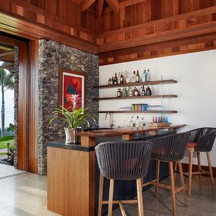 ハワイのトロピカルスタイルのおしゃれなホームバーの写真