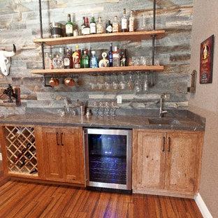 Foto di un armadio bar stile americano di medie dimensioni con lavello sottopiano, ante in legno scuro, top in marmo, pavimento in bambù e ante in stile shaker