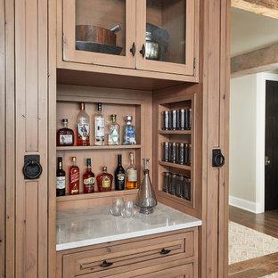Einzeilige, Kleine Industrial Hausbar mit trockener Bar, profilierten Schrankfronten, hellen Holzschränken, Granit-Arbeitsplatte, Rückwand aus Holz, braunem Holzboden und weißer Arbeitsplatte in Grand Rapids