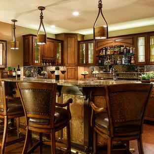 ワシントンD.C.の中くらいのトランジショナルスタイルのおしゃれな着席型バー (L型、レイズドパネル扉のキャビネット、中間色木目調キャビネット、御影石カウンター、マルチカラーのキッチンパネル、石スラブのキッチンパネル、コルクフローリング) の写真