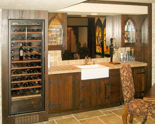Angolo bar con top piastrellato e pavimento con piastrelle in