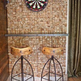Esempio di un piccolo angolo bar minimal con pavimento in pietra calcarea e pavimento marrone