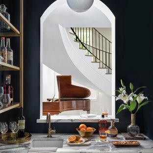Inspiration pour un très grand bar de salon avec évier traditionnel en U avec un évier posé, des portes de placard bleues, un plan de travail en quartz et un plan de travail blanc.