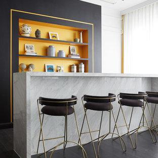 他の地域のコンテンポラリースタイルのおしゃれなホームバー (ll型、オレンジのキッチンパネル、濃色無垢フローリング、黒い床、白いキッチンカウンター) の写真