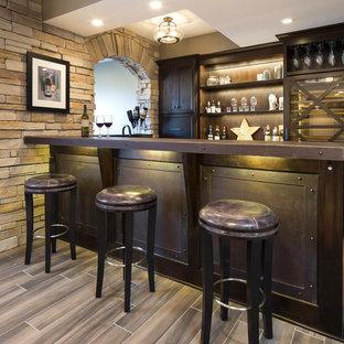 Foto de bar en casa con barra de bar lineal, urbano, de tamaño medio, con puertas de armario de madera en tonos medios, encimera de acero inoxidable, suelo de baldosas de porcelana, suelo marrón y armarios estilo shaker