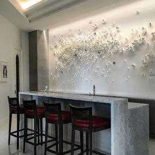 マイアミの中くらいのコンテンポラリースタイルのおしゃれな着席型バー (白いキッチンパネル、珪岩カウンター、大理石の床、白い床、白いキッチンカウンター) の写真