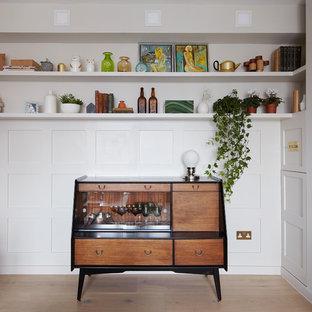 Ejemplo de bar en casa bohemio, pequeño, con suelo de madera en tonos medios