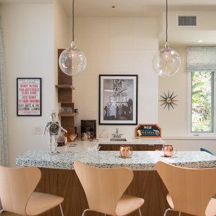 中くらいのミッドセンチュリースタイルのおしゃれな着席型バー (コの字型、アンダーカウンターシンク、フラットパネル扉のキャビネット、濃色木目調キャビネット、クオーツストーンカウンター、白いキッチンパネル、サブウェイタイルのキッチンパネル、淡色無垢フローリング、ターコイズのキッチンカウンター) の写真