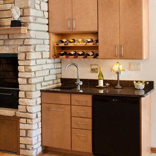 ミルウォーキーの小さいミッドセンチュリースタイルのおしゃれなウェット バー (I型、アンダーカウンターシンク、フラットパネル扉のキャビネット、中間色木目調キャビネット、御影石カウンター、淡色無垢フローリング) の写真