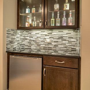 シカゴの小さいトランジショナルスタイルのおしゃれなホームバー (I型、シェーカースタイル扉のキャビネット、濃色木目調キャビネット、御影石カウンター、マルチカラーのキッチンパネル、大理石の床、ボーダータイルのキッチンパネル) の写真