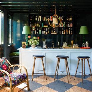 Exemple d'un bar de salon victorien de taille moyenne avec des tabourets, un placard sans porte, des portes de placard noires, un sol en bois peint et un sol multicolore.