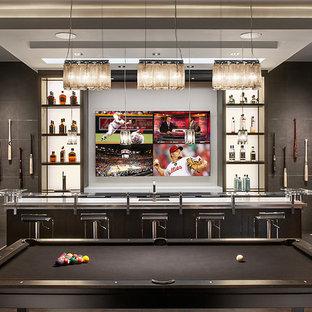 Foto di un angolo bar minimal con parquet scuro e top bianco