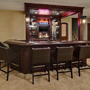 Esempio di un bancone bar tradizionale con moquette, ante in legno bruno e paraspruzzi a specchio