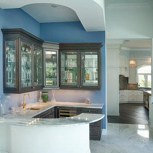 マイアミのトランジショナルスタイルのおしゃれなホームバー (レイズドパネル扉のキャビネット、大理石カウンター) の写真