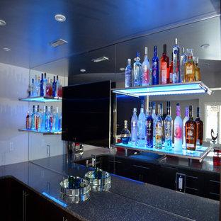 Foto di un bancone bar minimalista di medie dimensioni con ante lisce, ante in legno bruno, top alla veneziana e paraspruzzi a specchio