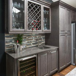Exempel på en liten modern linjär hemmabar med vask, med luckor med upphöjd panel, bruna skåp, bänkskiva i kvartsit, flerfärgad stänkskydd, stänkskydd i stenkakel, mellanmörkt trägolv och en undermonterad diskho