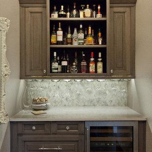 Ispirazione per un piccolo angolo bar tradizionale con paraspruzzi in marmo