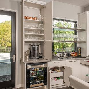Modelo de bar en casa con fregadero lineal, actual, de tamaño medio, con puertas de armario blancas, fregadero bajoencimera y armarios con paneles lisos