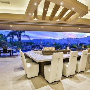 ロサンゼルスの巨大なコンテンポラリースタイルのおしゃれな着席型バー (御影石カウンター、磁器タイルの床、コの字型、ベージュの床) の写真