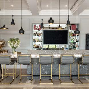 タンパのビーチスタイルのおしゃれな着席型バー (オープンシェルフ、マルチカラーの床、マルチカラーのキッチンカウンター) の写真