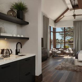 マイアミの中くらいのモダンスタイルのおしゃれなウェット バー (L型、アンダーカウンターシンク、フラットパネル扉のキャビネット、大理石カウンター、白いキッチンパネル、大理石のキッチンパネル、濃色無垢フローリング、茶色い床、白いキッチンカウンター、濃色木目調キャビネット) の写真
