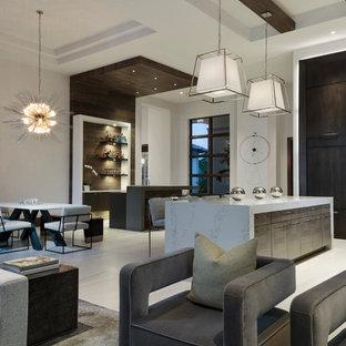 マイアミの中くらいのモダンスタイルのおしゃれな着席型バー (L型、アンダーカウンターシンク、フラットパネル扉のキャビネット、茶色いキャビネット、茶色いキッチンパネル、木材のキッチンパネル、ベージュの床) の写真