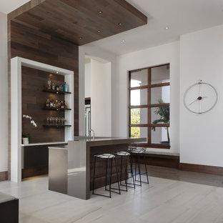Aménagement d'un bar de salon moderne en L de taille moyenne avec des tabourets, un placard à porte plane, un sol beige, un évier encastré, des portes de placard marrons, une crédence en bois et une crédence marron.