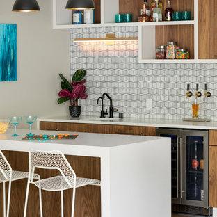 ミネアポリスの中くらいのコンテンポラリースタイルのおしゃれな着席型バー (ll型、アンダーカウンターシンク、クオーツストーンカウンター、グレーのキッチンパネル、大理石のキッチンパネル、磁器タイルの床、白いキッチンカウンター、オープンシェルフ、白いキャビネット、茶色い床) の写真