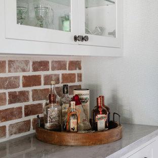 ヒューストンの小さいカントリー風おしゃれなホームバー (I型、シェーカースタイル扉のキャビネット、白いキャビネット、珪岩カウンター、赤いキッチンパネル、レンガのキッチンパネル、グレーのキッチンカウンター) の写真