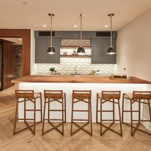 Foto di un armadio bar tradizionale con lavello sottopiano, ante in stile shaker, ante grigie, top in legno, paraspruzzi beige, parquet chiaro, pavimento beige e top marrone