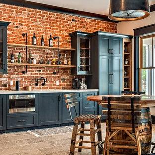 Свежая идея для дизайна: большой прямой домашний бар в стиле кантри с барной стойкой, фасадами в стиле шейкер, черными фасадами, красным фартуком, фартуком из кирпича, белой столешницей, полом из травертина и коричневым полом - отличное фото интерьера