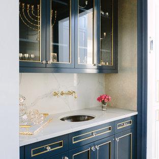 Foto di un angolo bar con lavandino classico di medie dimensioni con lavello sottopiano, ante a filo, ante blu, top piastrellato, paraspruzzi bianco, paraspruzzi in gres porcellanato, parquet scuro, pavimento marrone e top bianco