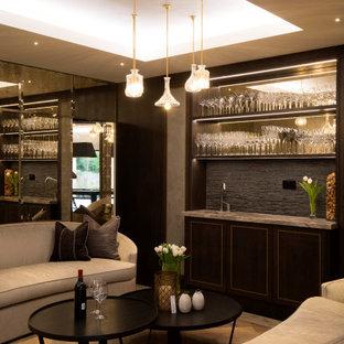 ウエストミッドランズの中サイズのトランジショナルスタイルのおしゃれなウェット バー (一体型シンク、濃色木目調キャビネット、オニキスカウンター、グレーのキッチンパネル、無垢フローリング、I型、茶色い床) の写真