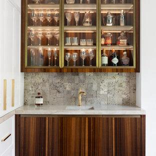 ボルチモアのトランジショナルスタイルのおしゃれなウェット バー (I型、一体型シンク、フラットパネル扉のキャビネット、中間色木目調キャビネット、グレーのキッチンパネル、無垢フローリング、茶色い床、白いキッチンカウンター) の写真