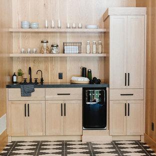 Ispirazione per un piccolo armadio bar nordico con lavello integrato, ante in stile shaker, ante in legno chiaro, paraspruzzi beige, paraspruzzi in legno, pavimento multicolore e top nero