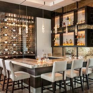 Foto de bar en casa con barra de bar en U, contemporáneo, con fregadero bajoencimera, suelo marrón y armarios abiertos
