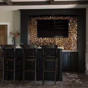 他の地域の小さいモダンスタイルのおしゃれなウェット バー (コの字型、レイズドパネル扉のキャビネット、白いキッチンカウンター、アンダーカウンターシンク、濃色木目調キャビネット、クオーツストーンカウンター、オレンジのキッチンパネル、メタルタイルのキッチンパネル、磁器タイルの床、グレーの床) の写真