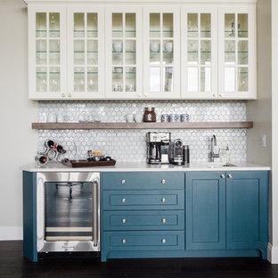Idee per un armadio bar stile marinaro con lavello sottopiano, ante di vetro, ante bianche, paraspruzzi bianco, parquet scuro e top bianco